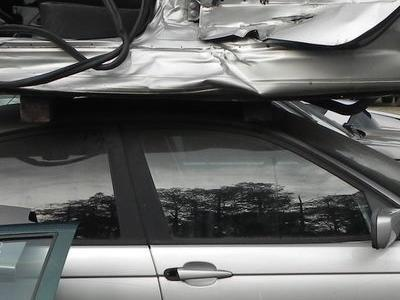 drzwi rozbitego samochodu