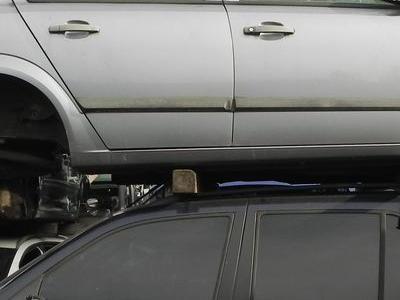 srebrny samochod